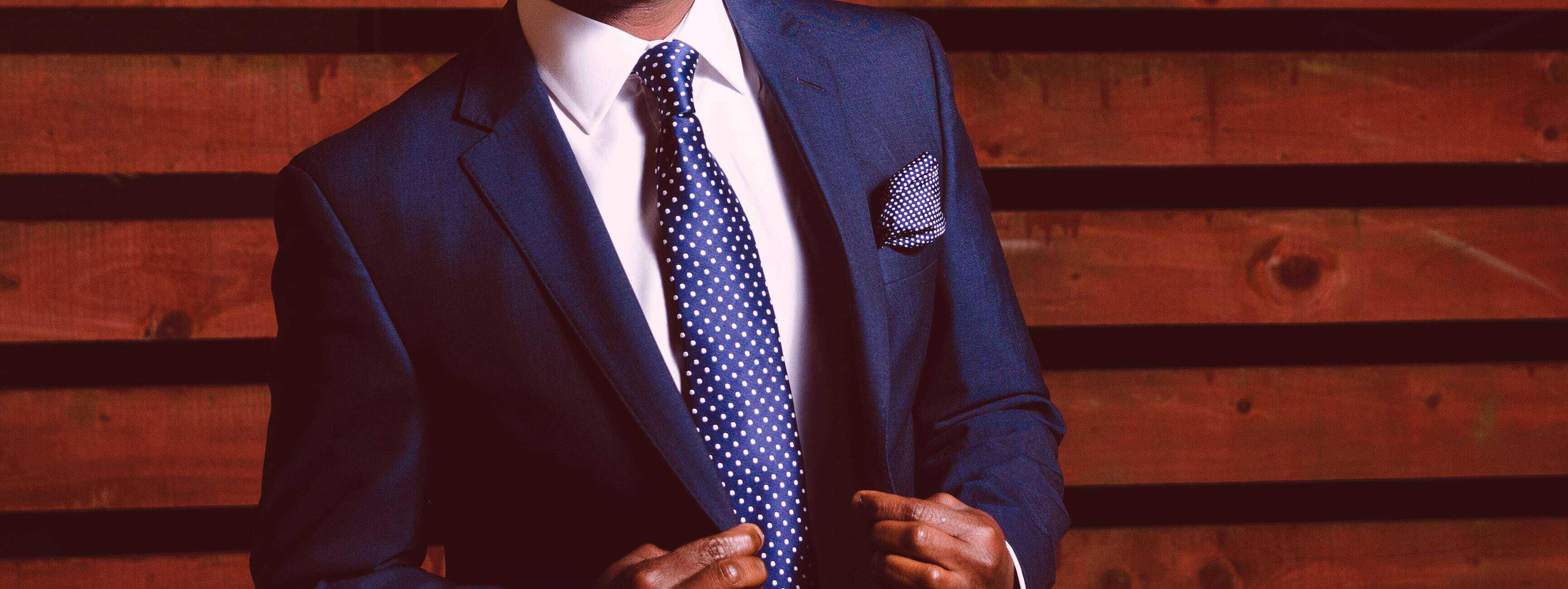 stehender Mann im Anzug